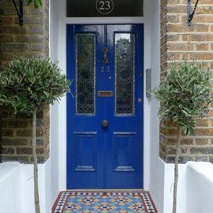 Immagine di una porta d'ingresso vittoriana con pavimento multicolore