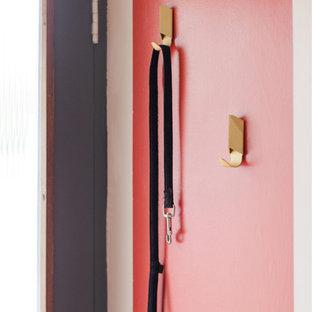 ロンドンのミッドセンチュリースタイルのおしゃれな玄関の写真