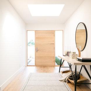 Idéer för en modern hall, med vita väggar, ljust trägolv, en enkeldörr, ljus trädörr och beiget golv