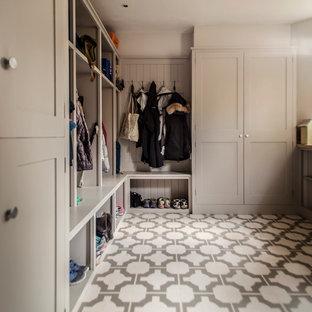 Свежая идея для дизайна: прихожая среднего размера в стиле кантри с серыми стенами, полом из винила и разноцветным полом - отличное фото интерьера