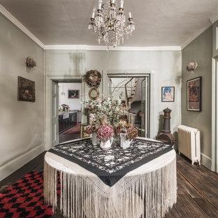 Новые идеи обустройства дома: фойе в стиле шебби-шик с зелеными стенами, темным паркетным полом и коричневым полом