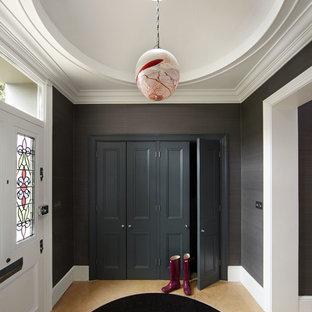 Ispirazione per un ingresso con anticamera minimal con una porta bianca
