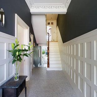 Idéer för en mellanstor klassisk hall, med grå väggar, granitgolv och en enkeldörr