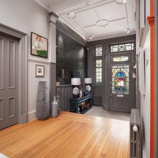 Inspiration för en eklektisk foajé, med grå väggar, mellanmörkt trägolv, en enkeldörr, en grå dörr och brunt golv