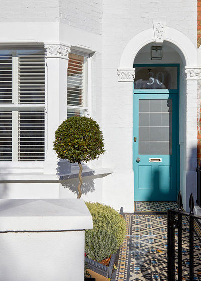 Transitional Entrance by Hampstead Design Hub
