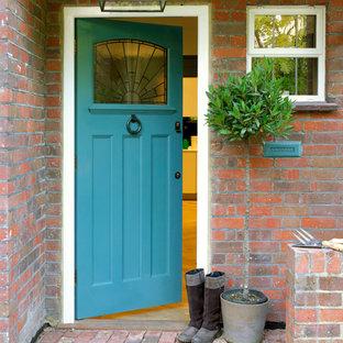 Ejemplo de puerta principal actual con puerta azul
