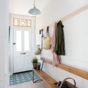 Пример оригинального дизайна интерьера: узкая прихожая среднего размера в викторианском стиле с белыми стенами, светлым паркетным полом, одностворчатой входной дверью, белой входной дверью и бежевым полом