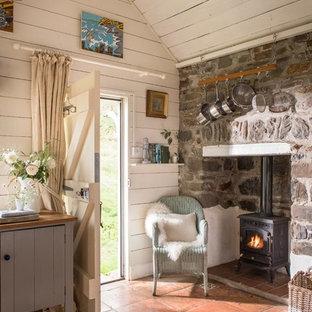 Idee per un ingresso stile marino con pareti bianche, pavimento in terracotta, una porta olandese, una porta bianca e pavimento marrone