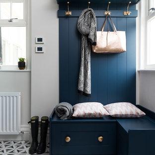 Ispirazione per un piccolo ingresso con anticamera chic con pareti grigie, pavimento in gres porcellanato e pavimento multicolore