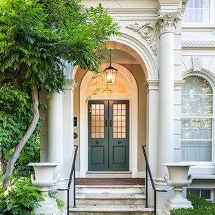他の地域の両開きドアトラディショナルスタイルのおしゃれな玄関 (緑のドア) の写真