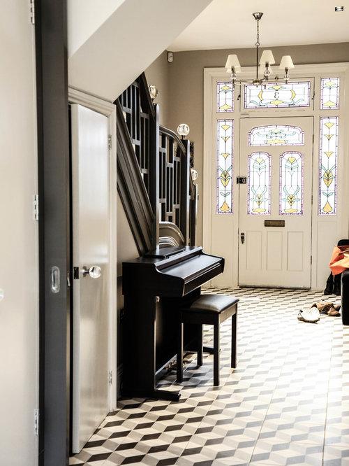 Hall d 39 entr e avec un sol en linol um et une porte simple for Idee entree simple