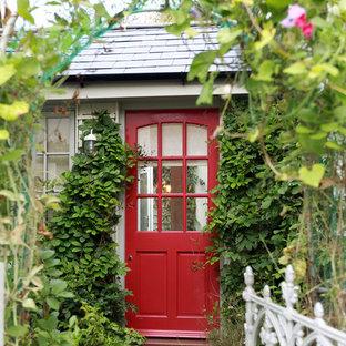 Exempel på en klassisk ingång och ytterdörr, med en enkeldörr och en röd dörr