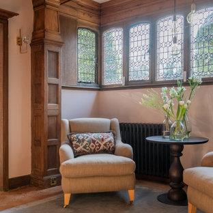 ロンドンの広い両開きドアエクレクティックスタイルのおしゃれな玄関ホール (ピンクの壁、淡色無垢フローリング、濃色木目調のドア、ベージュの床、板張り天井、パネル壁) の写真