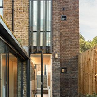 Idéer för att renovera en liten funkis ingång och ytterdörr, med vita väggar, betonggolv, en enkeldörr, en svart dörr och grått golv