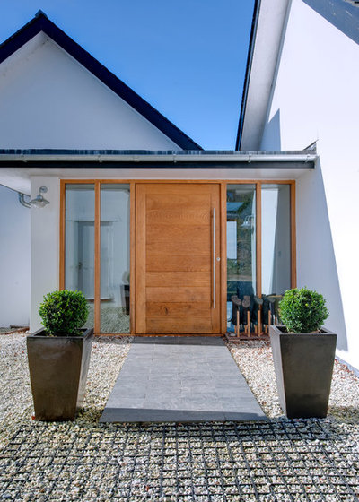 Contemporary Entry by Trewin Design Architects