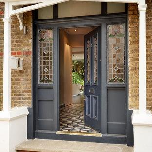 Свежая идея для дизайна: входная дверь в викторианском стиле с одностворчатой входной дверью - отличное фото интерьера