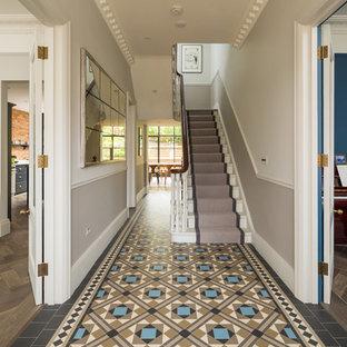 Esempio di un corridoio vittoriano con pareti beige
