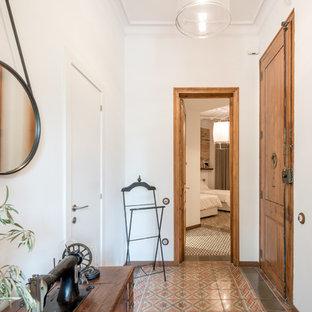 Modelo de hall clásico renovado con paredes blancas, suelo de baldosas de cerámica, puerta simple y puerta de madera en tonos medios