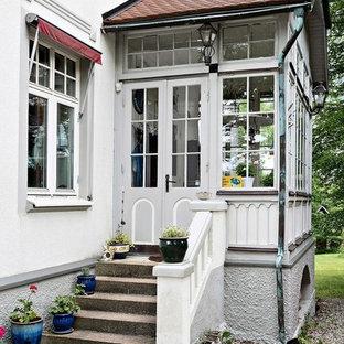 Idéer för en mellanstor lantlig farstu, med vita väggar, en dubbeldörr och en vit dörr