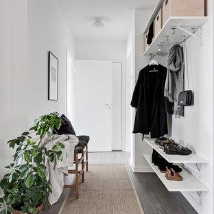 Idéer för att renovera en minimalistisk entré, med vita väggar, mörkt trägolv och grått golv
