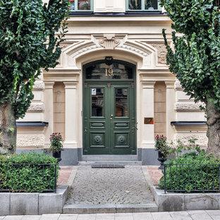 Foto på en vintage ingång och ytterdörr, med en dubbeldörr och en grön dörr