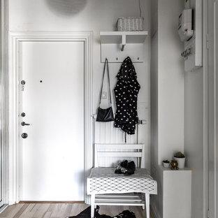 Idéer för en liten nordisk entré, med vita väggar och ljust trägolv