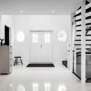 Idéer för skandinaviska ingångspartier, med vita väggar, vitt golv, en dubbeldörr och en vit dörr