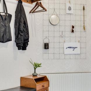 Exempel på en mellanstor minimalistisk entré, med vita väggar och kalkstensgolv
