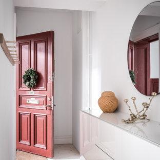 Foto på en skandinavisk ingång och ytterdörr, med vita väggar, ljust trägolv, en enkeldörr, en röd dörr och beiget golv