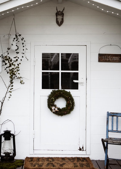 Shabby-chic Style Entrance by Mia Mortensen Photography