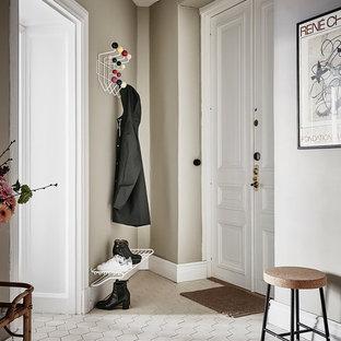 Стильный дизайн: маленькая прихожая в скандинавском стиле с бежевыми стенами и белым полом - последний тренд