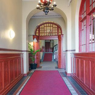 ヨーテボリのエクレクティックスタイルのおしゃれな玄関の写真