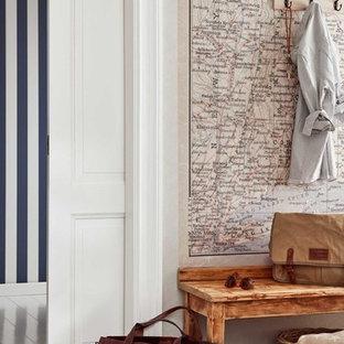 Idéer för en mellanstor maritim hall, med flerfärgade väggar och målat trägolv
