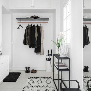 Inspiration för ett nordiskt kapprum, med vita väggar, målat trägolv och vitt golv