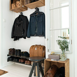 Ispirazione per un ingresso o corridoio nordico di medie dimensioni con pareti bianche e pavimento in legno verniciato