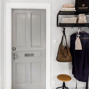 Foto di un corridoio scandinavo di medie dimensioni con pareti bianche, pavimento in legno verniciato, una porta singola e pavimento bianco