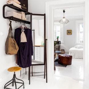 Idéer för mellanstora minimalistiska entréer, med vita väggar, målat trägolv och vitt golv