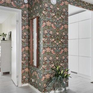 Idéer för att renovera en skandinavisk hall, med flerfärgade väggar, vitt golv och målat trägolv