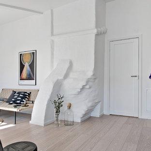 Idéer för att renovera en mellanstor minimalistisk foajé, med vita väggar, ljust trägolv, en enkeldörr och en vit dörr