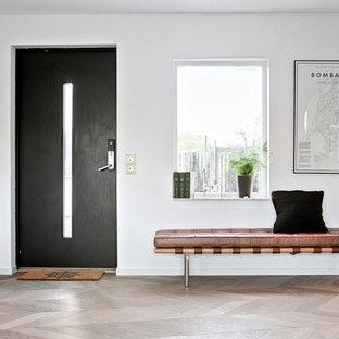 Idéer för stora funkis entréer, med vita väggar, ljust trägolv, en enkeldörr, en svart dörr och beiget golv