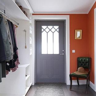 Bild på en mellanstor vintage entré, med röda väggar och målat trägolv