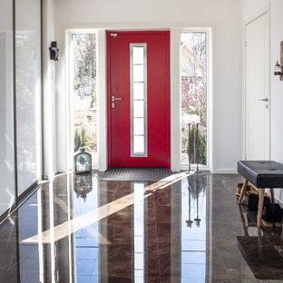 Idéer för en nordisk foajé, med en enkeldörr, en röd dörr och brunt golv