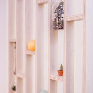 ボルドーの小さいコンテンポラリースタイルのおしゃれな玄関ロビー (無垢フローリング、板張り壁) の写真