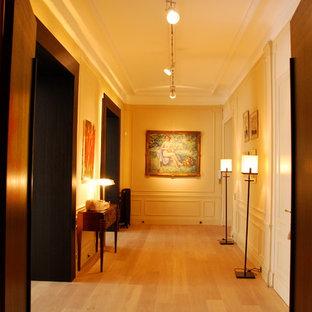 Foto di un ingresso o corridoio minimal