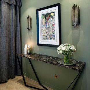 Idées déco pour une entrée contemporaine de taille moyenne avec un couloir, un mur vert et un sol en bois clair.