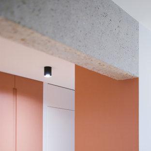 Неиссякаемый источник вдохновения для домашнего уюта: большой вестибюль с розовыми стенами и светлым паркетным полом