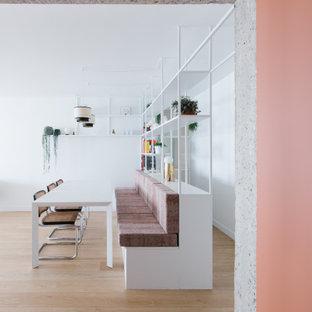 Inspiration pour un grand vestibule avec un mur rose et un sol en bois clair.