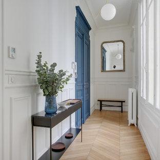 Idées déco pour un hall d'entrée classique de taille moyenne avec un mur blanc, un sol en bois clair, une porte double et une porte bleue.