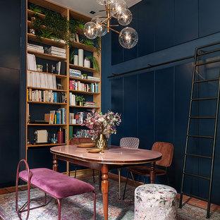 Exempel på ett litet eklektiskt kapprum, med blå väggar, klinkergolv i terrakotta, en enkeldörr, mörk trädörr och rosa golv