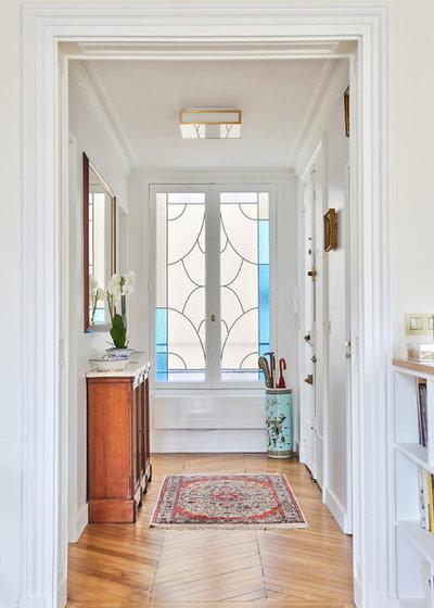Classique Chic Entrée by NEVA Architecture Intérieure - Interior Design